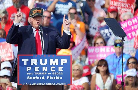 טארמפ ותומכיו בעצרת בחירות. רואים בתרבות הפוליטיקלי קורקט את אחת הרעות החולות של אמריקה
