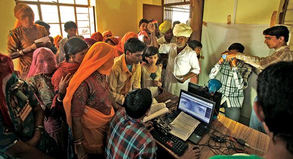 תחנת הנפקה של תעודות אדהאאר בכפר בצפון הודו. זו לא סתם תעודת זהות, אלא תשתית למערכת פיננסית חדשנית במדינה שעדיין מתנהלת במזומן, ולעתים אף בסחר חליפין