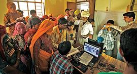 תחנת הנפקה של תעודות אדהאאר בכפר בצפון הודו, צילום: רויטרס