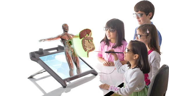 """פיתוח של zspace. התלמידים יכולים """"להקפיץ"""" מול עיניהם את גוף האדם"""