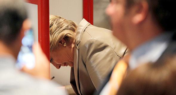 הילארי קלינטון מצביעה, צילום: רויטרס