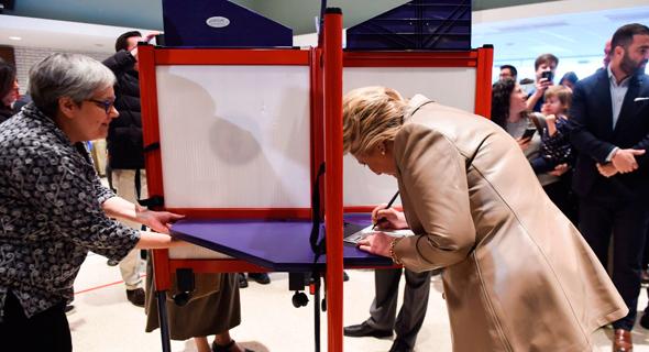 """הילרי קלינטון מצביעה בחירות ב ארה""""ב"""