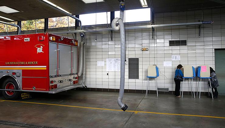 מצביעים בתחנת כיבוי אש בלואיסוויל, קנטאקי, צילום: רויטרס