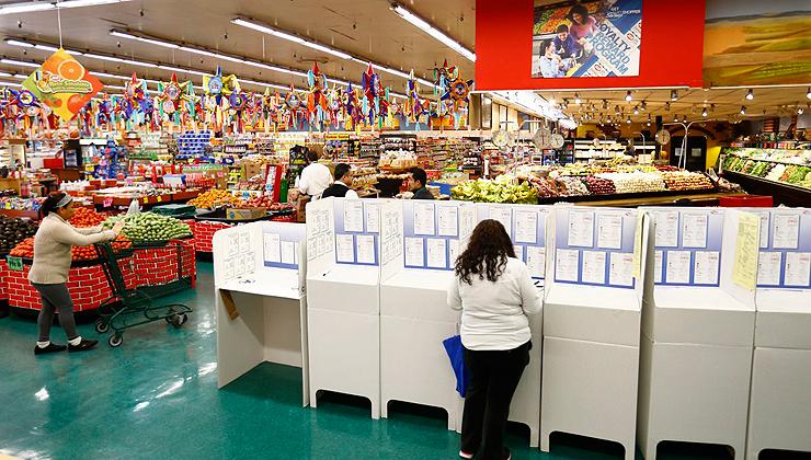 תחנת הצבעה בסופרמרקט בנשיונל סיטי, קליפורניה, צילום: רויטרס