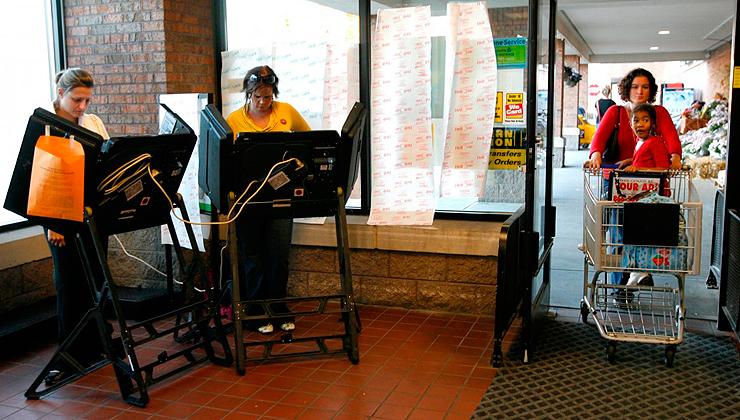 מצביעים בכניסה לסופרמרקט בקולומבוס, אוהיו, צילום: רויטרס