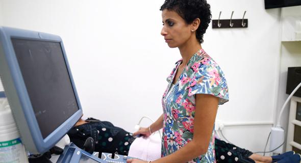 """ד""""ר ראניה עוקבי במרפאתה ברהט. גובה על בדיקות רבע ממחיר השוק, אז גם יהודיות מגיעות"""