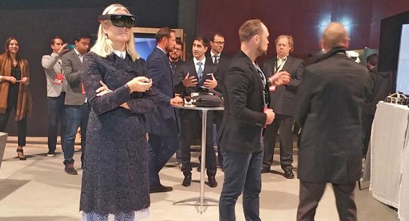 יורש העצר הנסיך הוקון (נשען על השולחן) ואשתו בפתיחת שבוע החדשנות. כל משרדי הממשלה מעורבים באירוע, צילום: זאב ינאי
