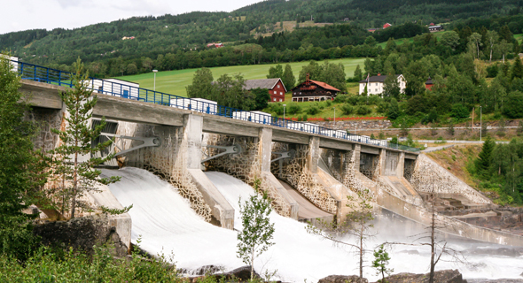 תחנת כוח באחד הנהרות. יותר מ־90% מאספקת החשמל במדינה מבוססת על אנרגיה הידרואלקטרית