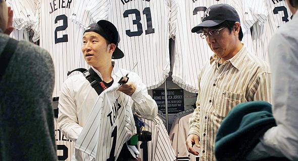 אוהדים עם כובעי היאנקיז. אוהדים בכל רחבי העולם חובשים את הכובעים של הקבוצה, בין שהם אוהבי בייסבול ובין שלא. ניו ארה מודעת לכך ומנצלת את המצב