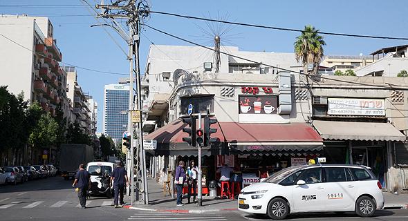 """פינת הרחובות הרצל ושלמה בתל אביב. למגרש מתוכנן מבנה מוארך בן 8 קומות שיכלול דירות בשטח 50־60 מ""""ר"""