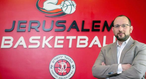 """גיא הראל: אי אפשר למכור כדורסל לאמריקנים אבל אפשר למכור להם חוויה. אני יכול להבטיח לך שגם שועלי NBA שראו את אמארה במדיסון סקוור גארדן יקבלו חוויה אדירה כשיראו אותו במדי הפועל ירושלים"""" , צילום: אוהד צויגנברג"""