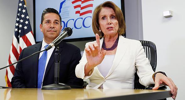 פלוסי (מימין) וחבר הקונגרס בן ריי לוג