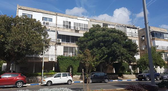 """הבניין ברחוב פנקס בתל אביב. היו""""ר היזם דאג שיוכרז בניין מסוכן, צילום: אורי תובל"""