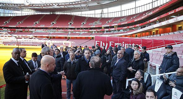 """משלחת """"כלכליסט"""" במהלך הסיור באצטדיון ארסנל. המטרה היא להפוך את המקום ליעד תיירות מוביל בלונדון"""