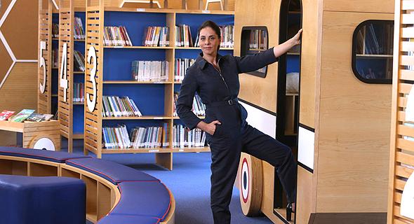 שרית שני חי בספרייה שעיצבה בכפר הירוק