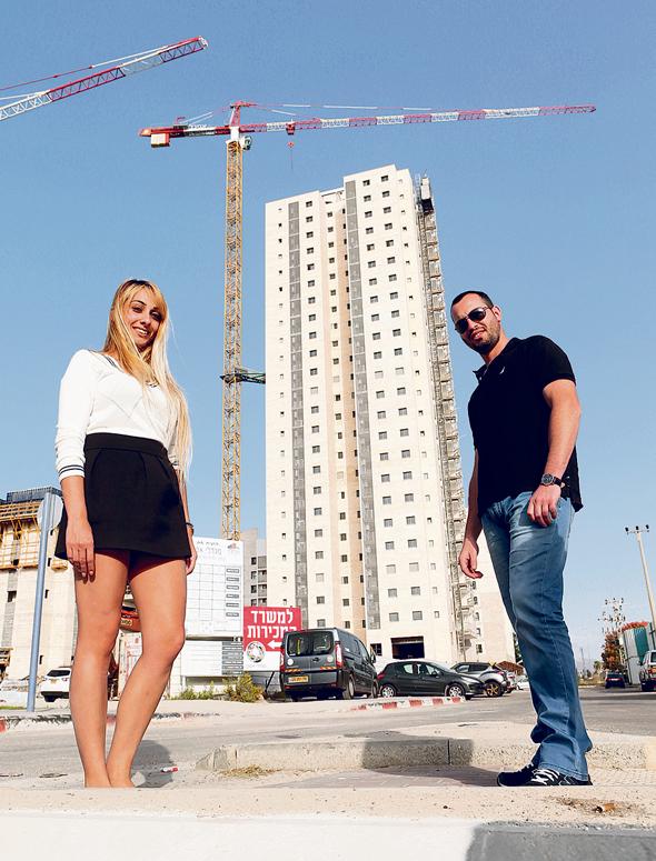עומר נאור ומעיין פרידברג, בסוף בחרו בדירה בעכו, צילום: אלעד גרשגורן