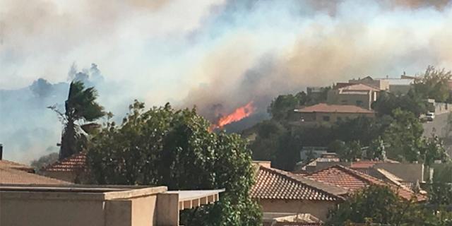 השריפה בנטף: האש התחזקה ומתקרבת לכביש 1