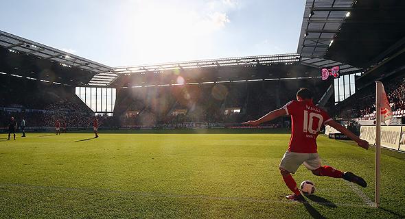 שחקן מרים את הכדור בקרן. 36%  מהקרנות של ליברפול הן קצרות, צילום: גטי אימג