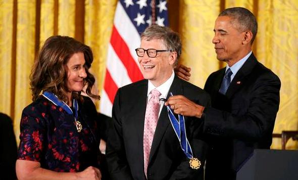 ברק אובמה מעניק מדליה חירות ל ביל גייטס, צילום: רויטרס