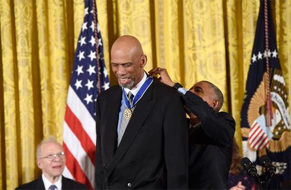ברק אובמה מעניק מדליה חירות ל קארים עבדול ג'אבר, צילום: איי אף פי