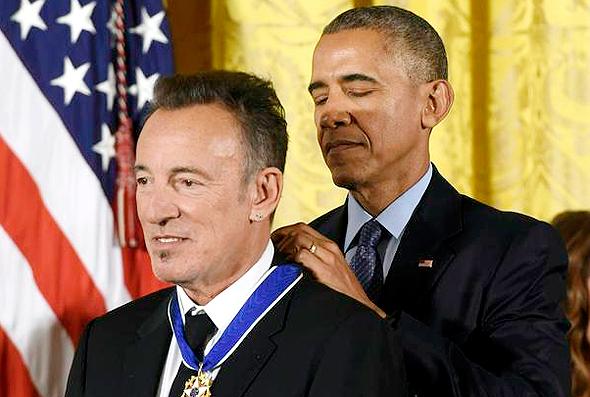 ברק אובמה מעניק מדליה חירות ל ברוס ספרינגסטין, צילום: איי אף פי