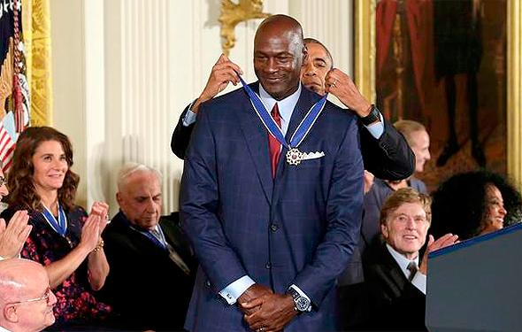 ברק אובמה מעניק מדליה חירות ל מייקל ג'ורדן, צילום: רויטרס