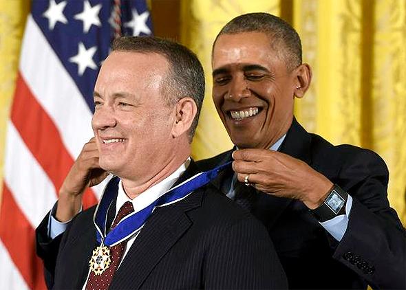 ברק אובמה מעניק מדליה חירות ל טום הנקס, צילום: רויטרס