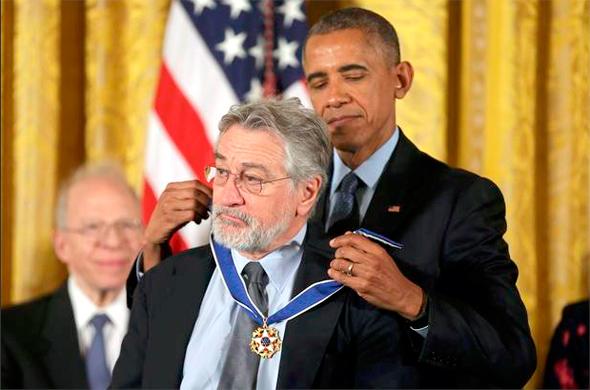 ברק אובמה מעניק מדליה חירות ל רוברט דה נירו, צילום: רויטרס