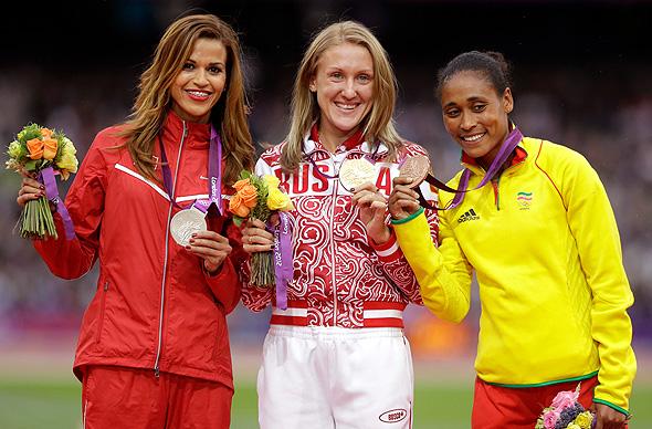 משמאל: חביבי גריבי הטוניסאית, יוליה זאריפובה הרוסיה וסופיה אספה מאתיופיה. הוועד האולימפי הודיע בשבוע שעבר כי העניש 16 ספורטאים, והשבוע הטיל עונשים על 12 נוספים. לפתע, ובאופן מאד לא חגיגי, ספורטאים אולימפיים זוכים במדליות על הביצועים שלהם מלפני 8 שנים. אפילו כאלה שסיימו במקום השישי מגלים כעת שזכו במדליית ארד.