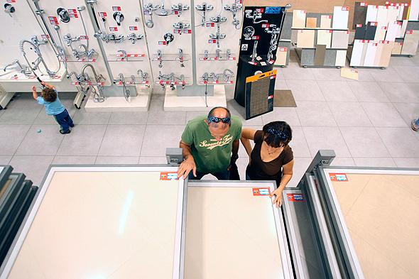 אולם תצוגה של מוצרי קרמיקה לבנייה, צילום: עמית מגל