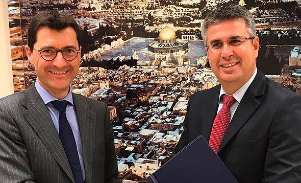"""מנהל רשות המסים משה אשר (מימין) ומזכיר המדינה השוויצרי לנושאים פיננסיים בינ""""ל יורג גאסר , צילום: דוברות רשות המסים"""