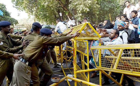 התנגשויות בין מפגינים וחיילים בהודו