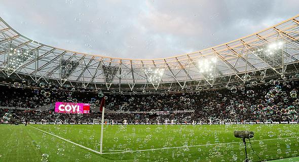 בועות באצטדיון לונדון של ווסטהאם. ירידה של 39% משיא של 1.68 מיליון צופים שנרשם בעונת 2011/12, צילום: רויטרס