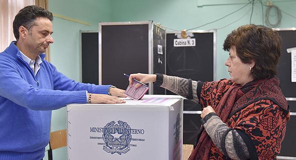 מצביעה במשאל העם הבוקר באיטליה, צילום: איי אף פי
