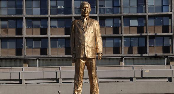 הפסל המוזהב שהוצב בכיכר רבין