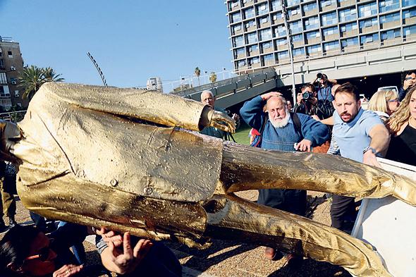פסל זהב של בנימין נתניהו בכיכר רבין פנאי, צילךום: צביקה טישלר