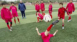 ילדים סינים משחקים כדורגל, צילום: רויטרס