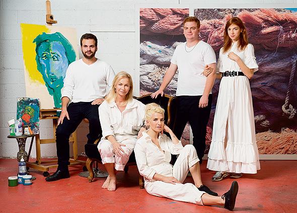 מימין: מאיה, גיא, סיוון, אריאלה  ודניאל ורטהיימר. כשמישהו מאפשר לך הכל זה מבלבל