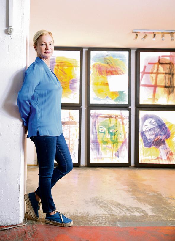 """אריאלה ורטהיימר על רקע העבודות שלה. """"אני מאירה סיפורים ששמעתי או ראיתי"""""""
