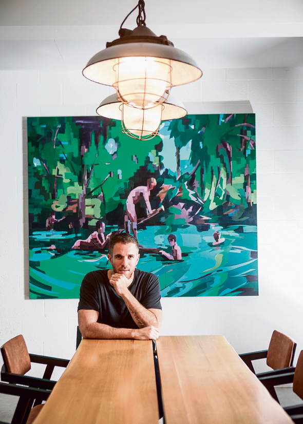 רענן שטרן בדירה בעיצובו בתל אביב. לא מתפתה לטרנדים ומצליח להיות עכשווי