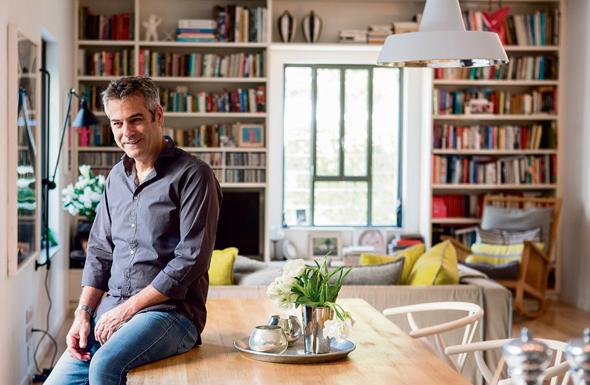 מורן פלמוני בביתו בתל אביב. מינימליזם שמצליח לשדר חמימות והרמוניה עם הסביבה