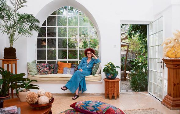 תמרה יובל ג'ונס בביתה ביפו. בוחנת את הקשר שבין אמנות, עיצוב ואופנה, ותמיד רלבנטית