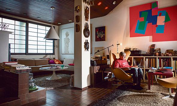 דן ריזינגר בביתו. צבעוניות עזה ומינימליזם צורני מוקפד