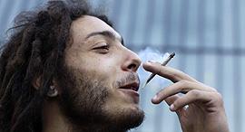 עישון מריחואנה סמים גרס, צילום: איי פי