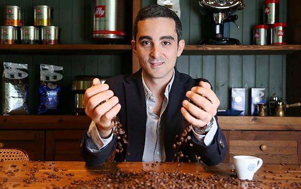 """אורי פדרמן. """"אם אני רואה אצל חבר שלי שקית קפה אדומה של עלית, הוא יקבל על הראש"""", צילום: אביגיל עוזי"""