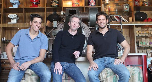 מימין: אורן מאור, עופר קורן וניר כספי, בעלי רשת בתי הקפה לנדוור