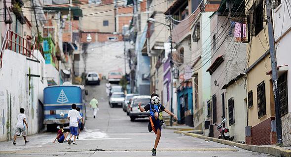 ילד משחק ברחוב. צריך לנהל ציפיות וחיים