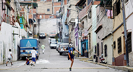 ילד משחק כדורגל ב קארקס ונצואלה כדורגל רחוב, צילום: רויטרס