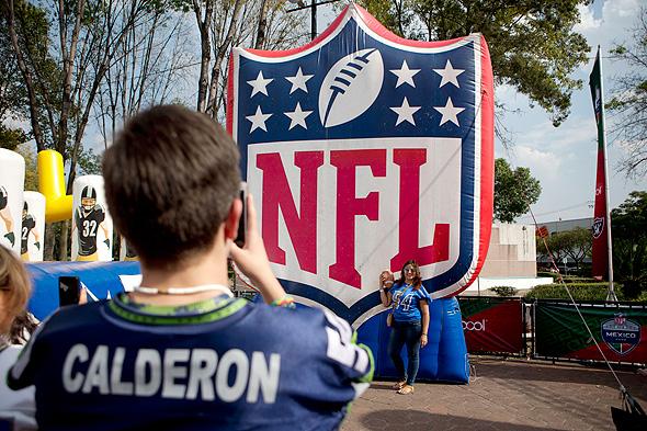 לוגו ה-NFL עם ילד. פונים לדור הצעיר, צילום: איי פי