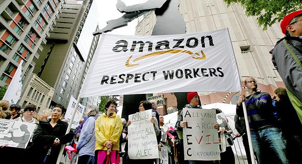 מחאה נגד תנאי ההעסקה של עובדים באמזון שהתקיימה מחוץ לאסיפת בעלי המניות בסיאטל